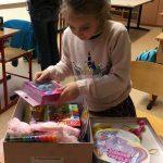 Autista iskolások megajándékozása